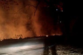 Câmeras registram homem colocando fogo no centro de bairro de Nova Xavantina