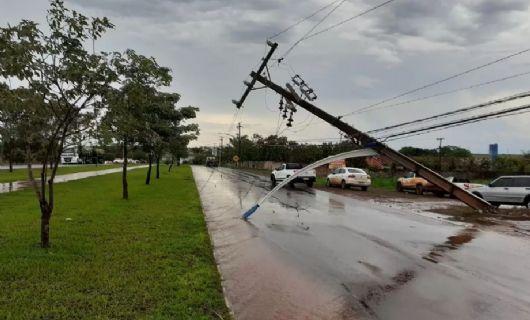 Temporal derruba poste e árvores em Canarana nesta sexta