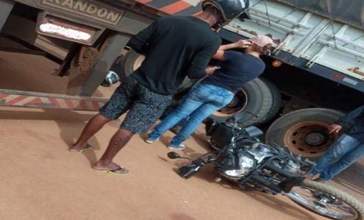 Motociclista se fere após tentar passar entre duas carretas em avenida de Querência
