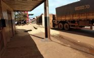 Carroceria de caminhão tomba em rotatória do Centro de Confresa e carga fica espalhada na avenida; veja vídeo