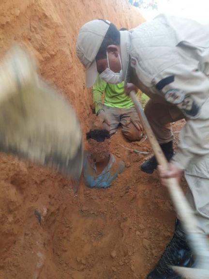 Bombeiros 'desenterram' e salvam homem soterrado em Nova Xavantina