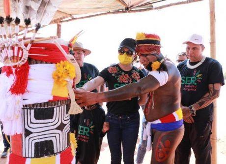 Primeira-dama Virginia Mendes participa de ritual Kuarup em homenagem ao cacique Aritana