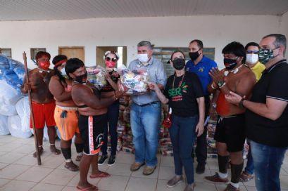 Primeira-dama de MT entrega cestas básicas e cobertores para aldeias indígenas da região de Barra do Garças