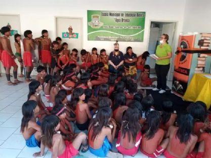 Biblioteca municipal de Canarana entrega geloteca em aldeia no Xingu
