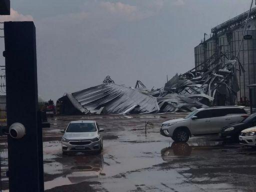 Temporal destrói barracão de armazém em Canarana