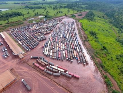 Soja fica parada em carretas por até 3 dias em Canarana e Alta Floresta por problemas de escoamento