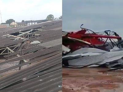Ventos fortes destelham mercado de Confresa e destroem barracões de sede de fazenda em Vila Rica