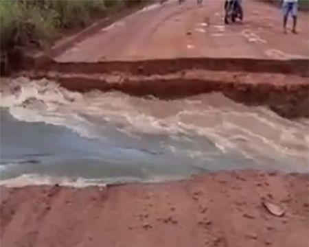 Vídeos que circulam com cratera na BR-158 são falsos; rodovia não está interditada
