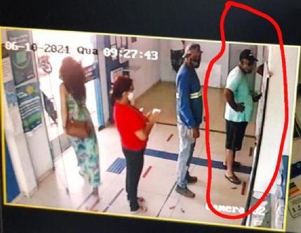 Vídeo compartilhado em grupos do WhatsApp mostra homem se apossando de carteira esquecida em lotérica de Canarana